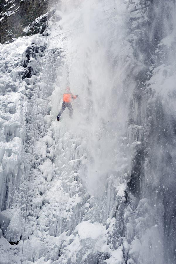 Спортсмены на водопаде Manyavsky упали в лавину стоковое фото rf