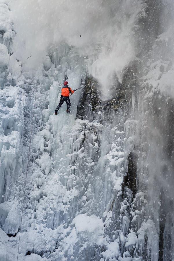 Спортсмены на водопаде Manyavsky упали в лавину стоковые изображения rf