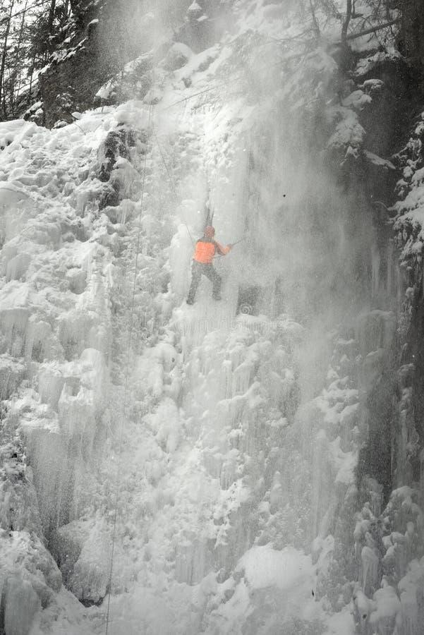 Спортсмены на водопаде Manyavsky упали в лавину стоковое изображение rf