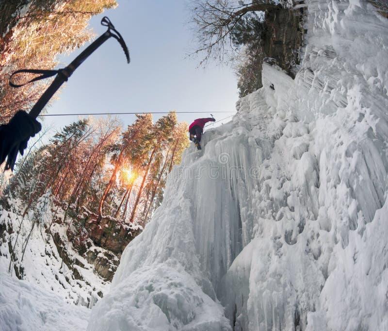Спортсмены на падениях Manyavsky в зиму стоковое фото