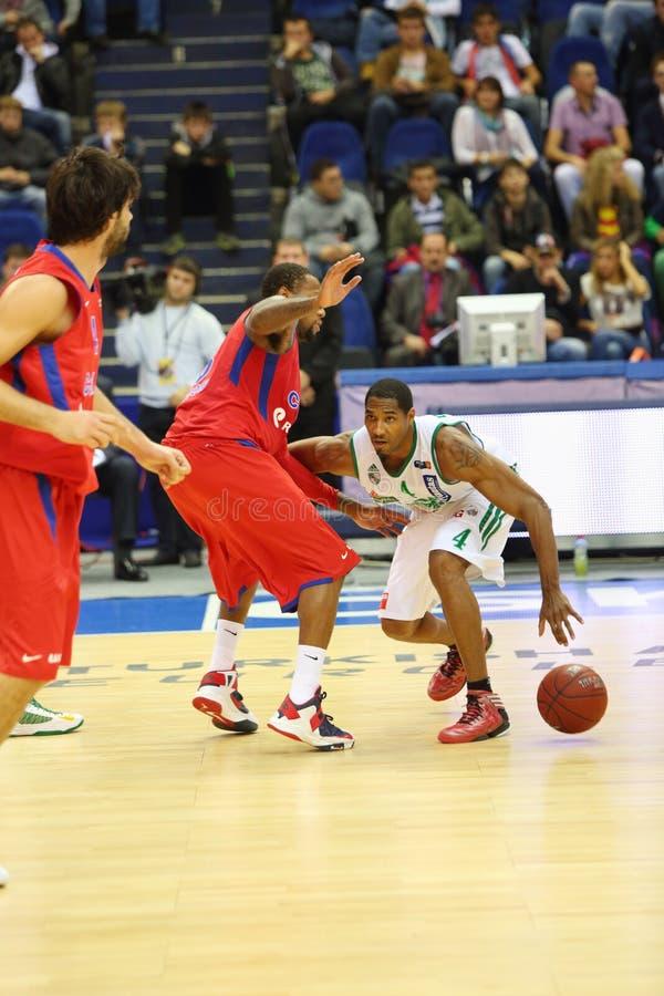 Спортсмены от команд Zalgiris и CSKA Москвы играют баскетбол стоковые фотографии rf
