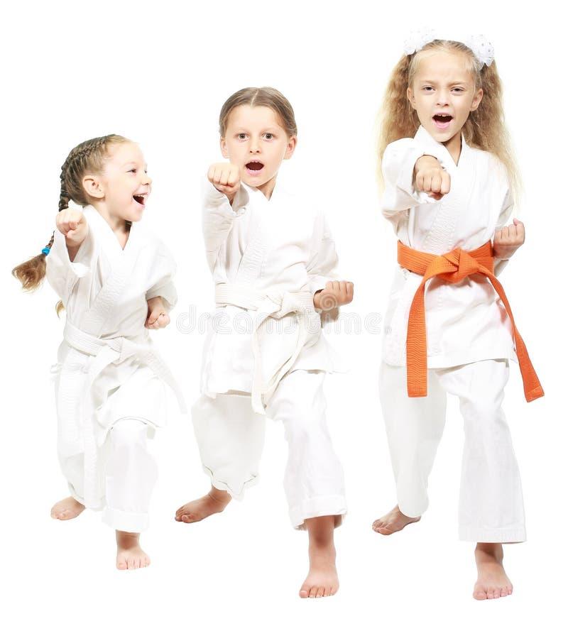Спортсмены одели в белой руке удара кимоно стоковое изображение rf
