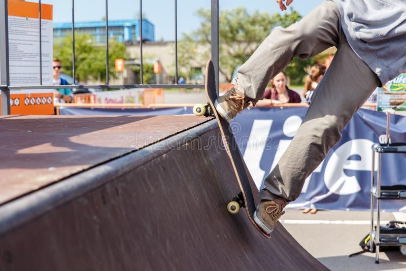 Спортсмены состязаются на возможности скейтборда стоковые фотографии rf