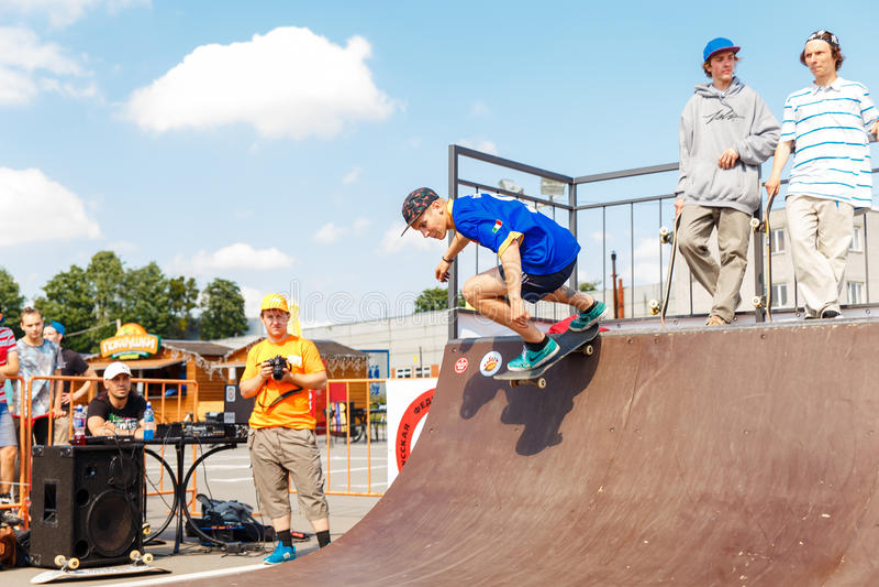Спортсмены состязаются на возможности скейтборда стоковая фотография