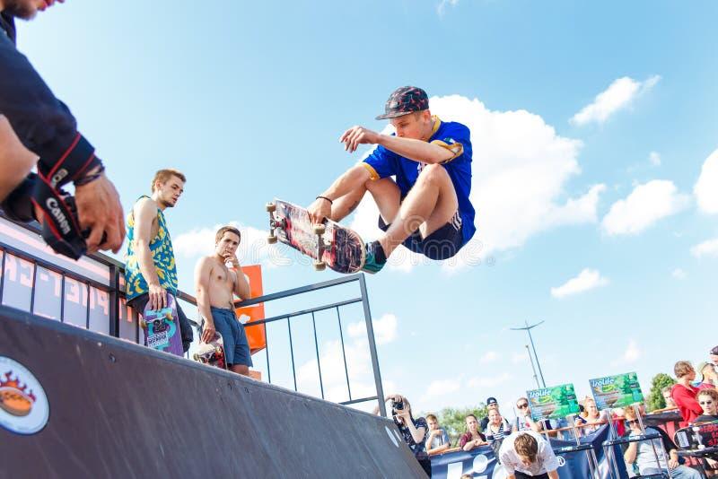 Спортсмены состязаются на возможности скейтборда стоковая фотография rf