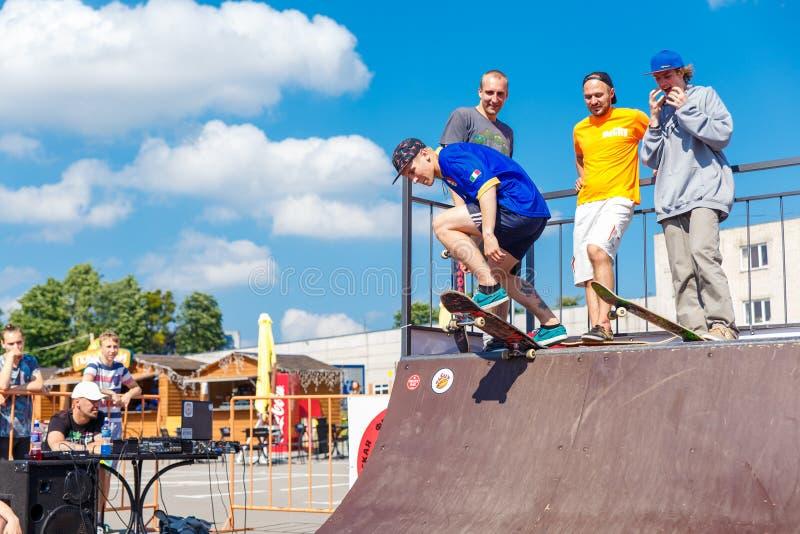 Спортсмены состязаются на возможности скейтборда стоковые изображения rf
