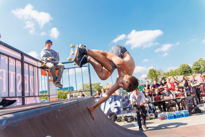 Спортсмены состязаются на возможности скейтборда стоковое изображение