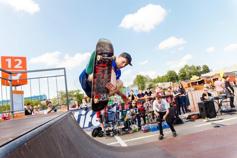 Спортсмены состязаются на возможности скейтборда стоковое фото rf