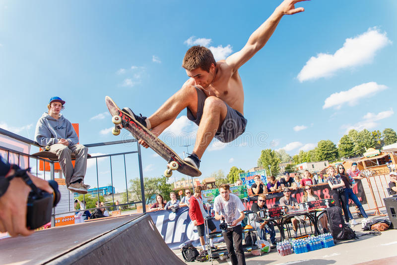 Спортсмены состязаются на возможности скейтборда стоковые фото