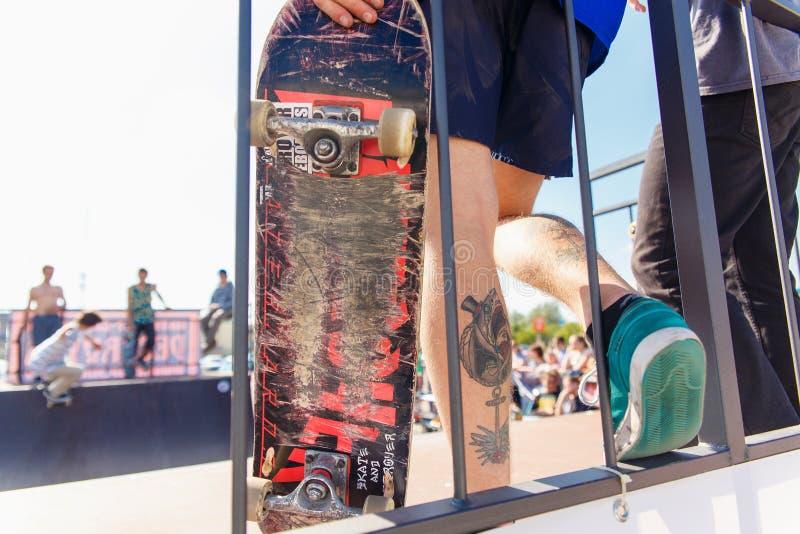 Спортсмены состязаются на возможности скейтборда стоковое изображение rf