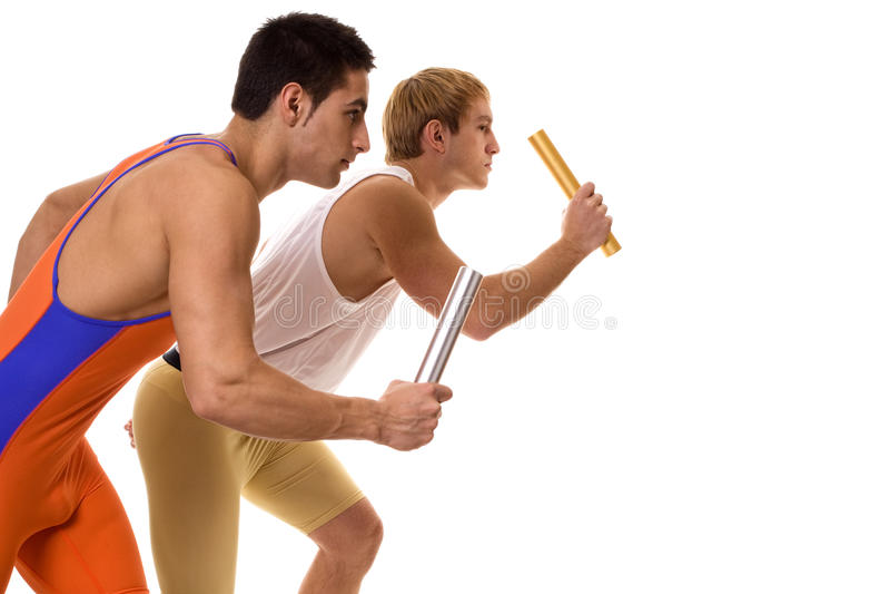 Спортсмены участвуя в гонке реле стоковые фото