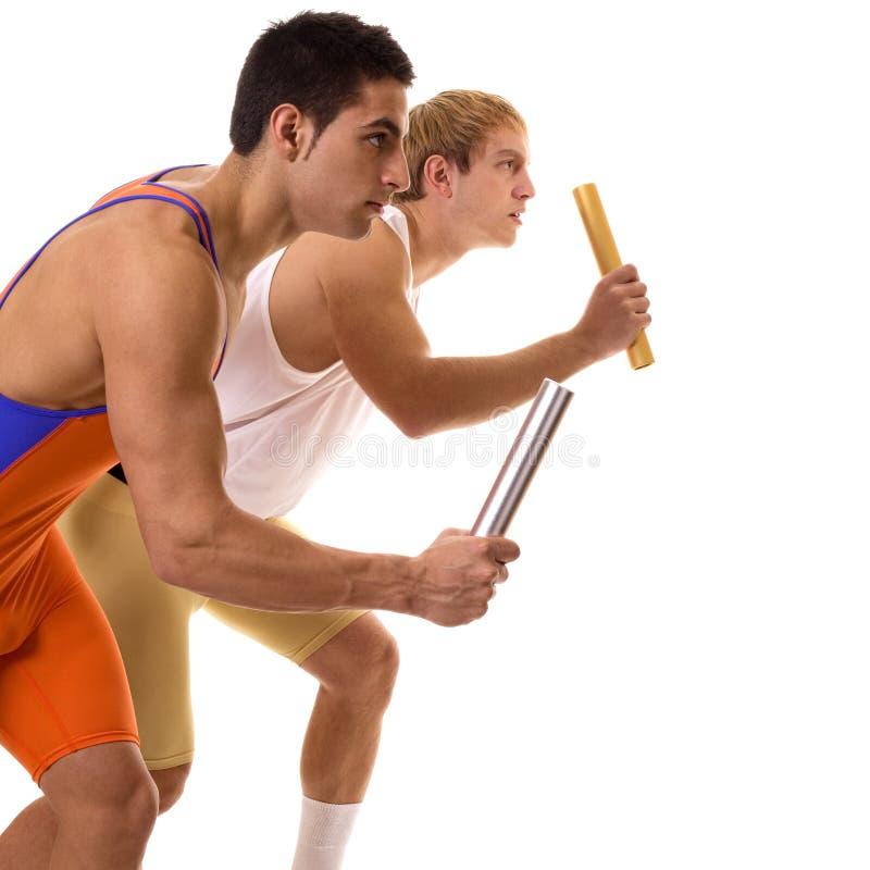 Спортсмены участвуя в гонке реле стоковые фотографии rf