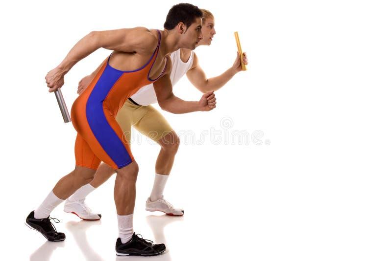 Спортсмены участвуя в гонке реле стоковые изображения rf