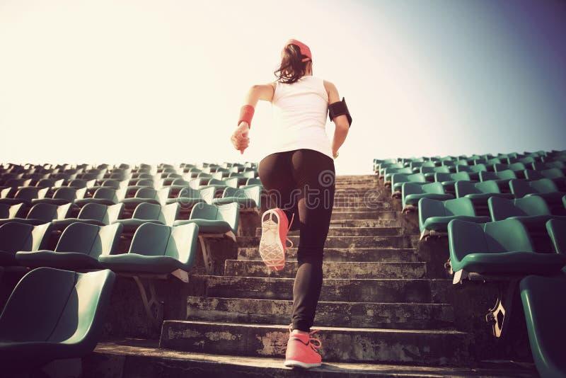 Спортсмен бежать на лестницах концепция здоровья разминки фитнеса женщины jogging стоковая фотография
