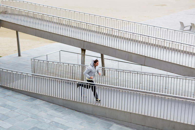 спортсмен бежит малый мост стоковые изображения