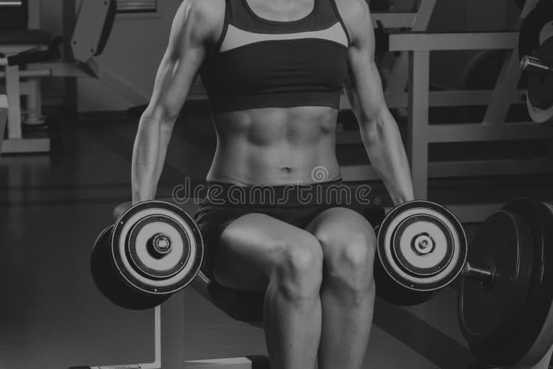 Спортсмен в спортзале стоковое фото