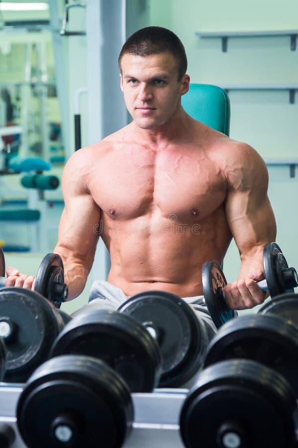 Спортсмен в спортзале стоковые изображения