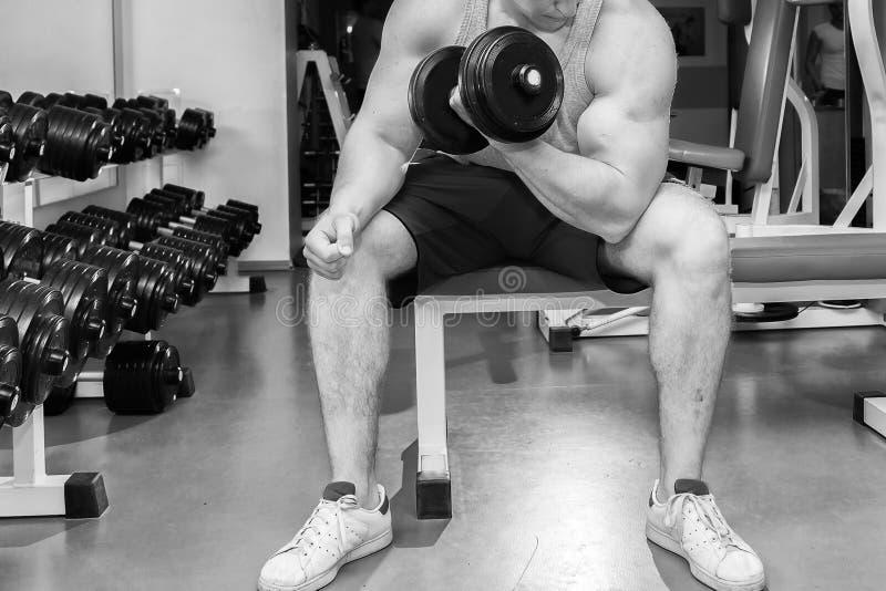 Спортсмен в спортзале стоковая фотография