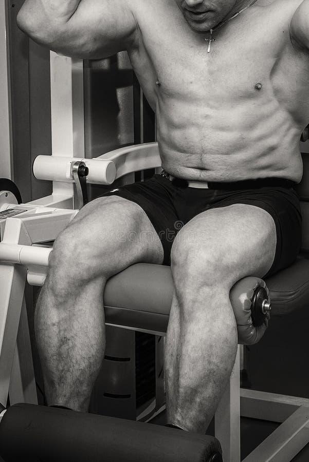 Спортсмен в спортзале стоковые фото