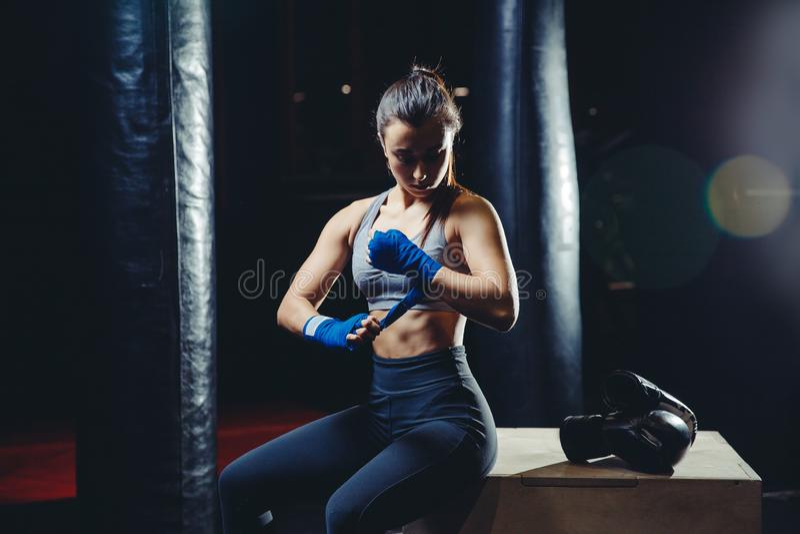 Спортсмен девушки кладя Muttahida Majlis-E-Amal в коробку стоковое фото rf