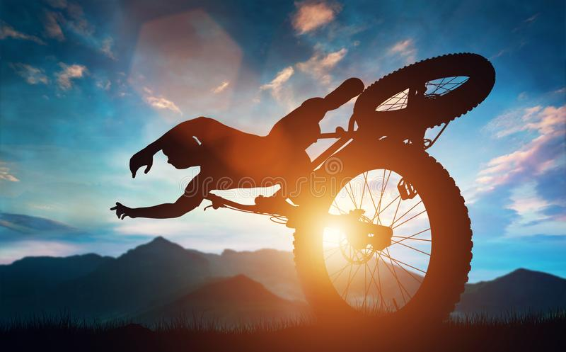 Спортсмен делая эффектные выступления велосипеда в горах иллюстрация штока