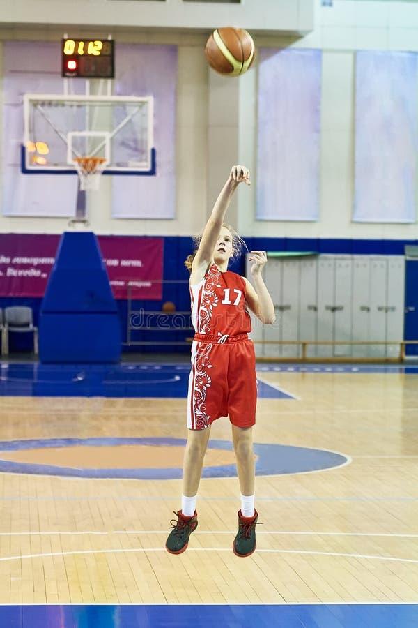 Спортсмен девушки в форме играя баскетбол стоковая фотография