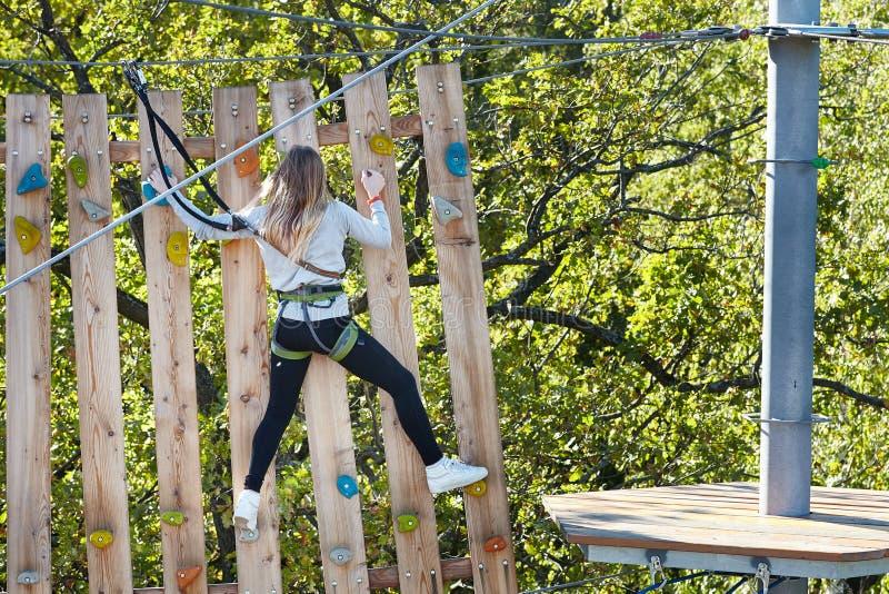 Спортсмен девушки проходит полосу препятствий стоковая фотография rf