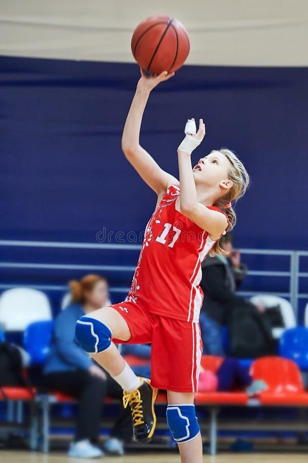 Спортсмен девушки с ушибом пальцев в играть формы basketbal стоковое фото rf