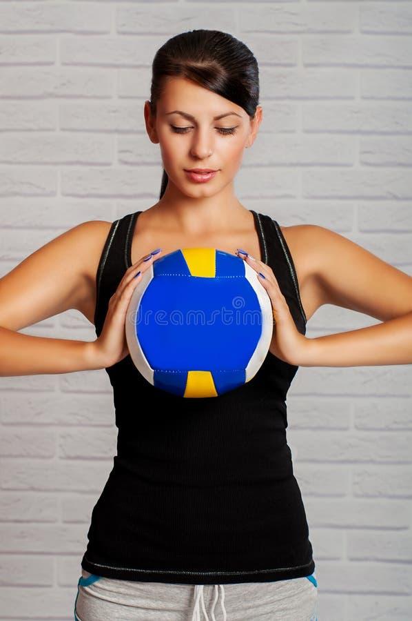 Спортсмен девушки с шариком в его руках стоковые изображения