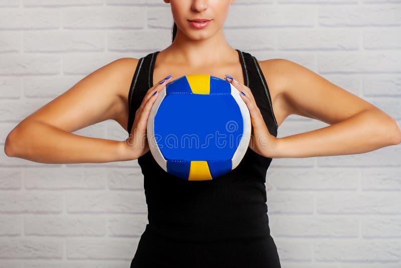 Спортсмен девушки с шариком в его руках стоковое фото rf