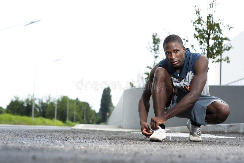 спортсмен его связи ботинка шнурков стоковое фото rf