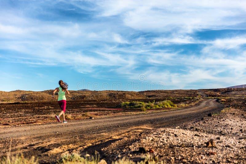 Спортсмен женщины бегуна следа бежать быстро в lanscape стоковое фото