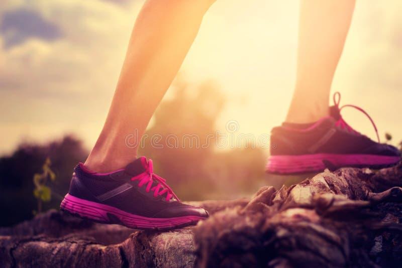 Спортсмен женщины бежать на природе для здоровой стоковые фотографии rf