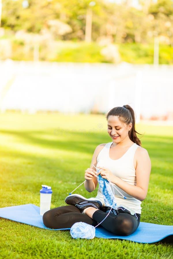 Спортсмен женщины вязать свитер на футбольном поле стоковые изображения