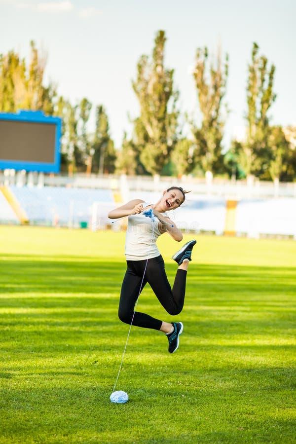 Спортсмен женщины вязать свитер на футбольном поле стоковые фотографии rf