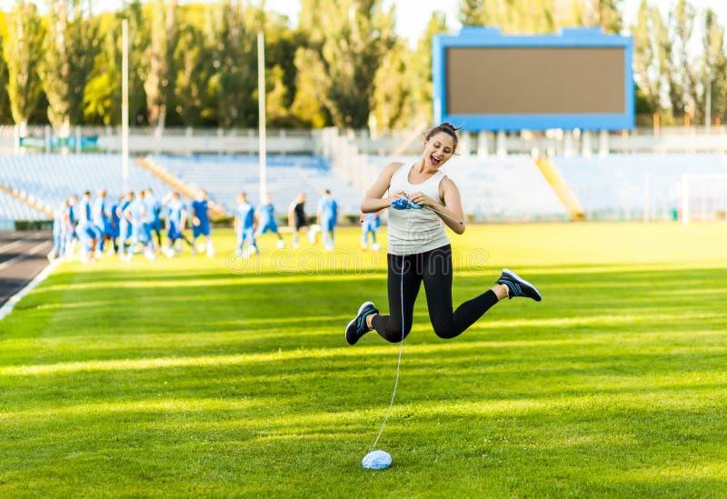 Спортсмен женщины вязать свитер на футбольном поле стоковые фото