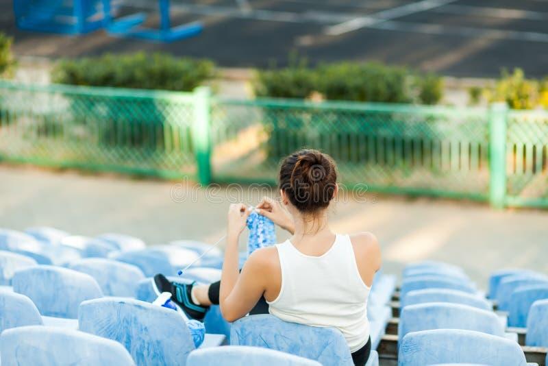 Спортсмен женщины вязать свитер на футбольном поле стоковые изображения rf