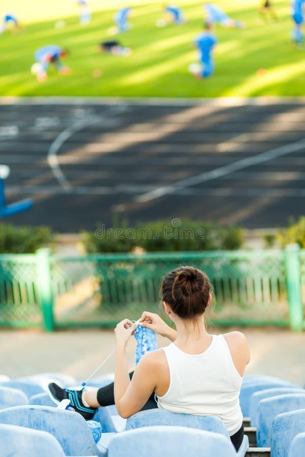 Спортсмен женщины вязать свитер на футбольном поле стоковое фото rf
