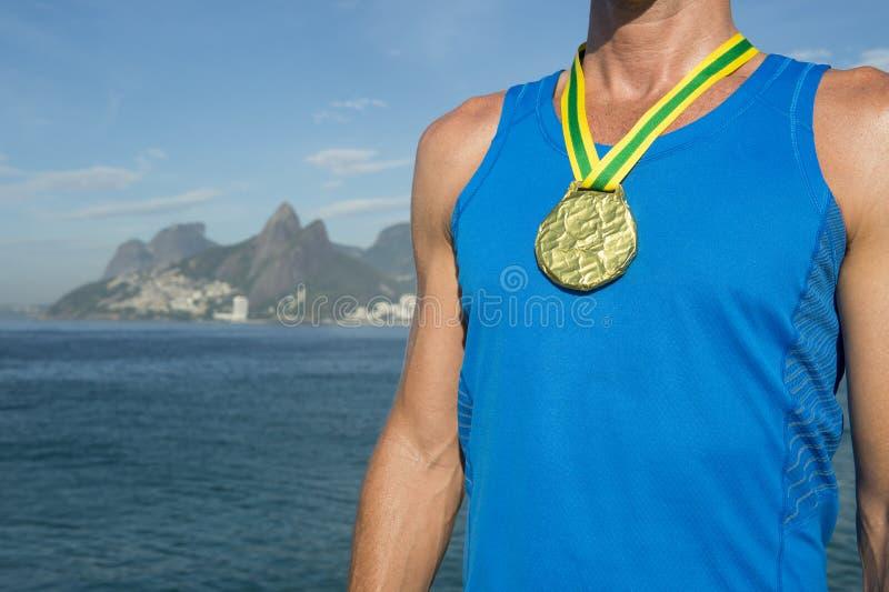 Спортсмен золотой медали стоя пляж Рио Ipanema стоковая фотография rf