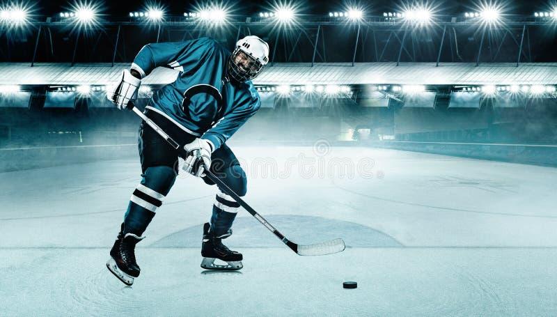 Спортсмен игрока хоккея на льде в шлеме и перчатки на стадионе с ручкой Съемка действия r стоковые фотографии rf