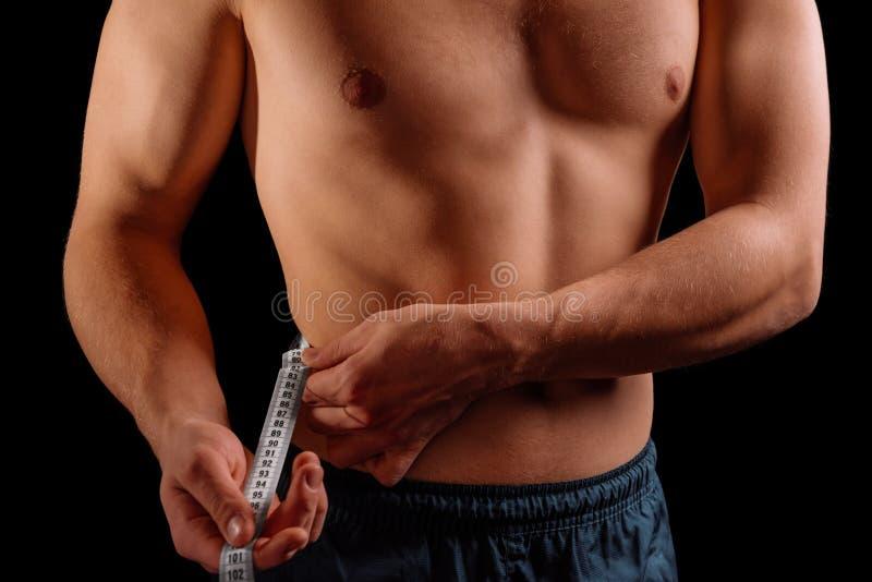 Спортсмен измеряет талию стоковые изображения rf