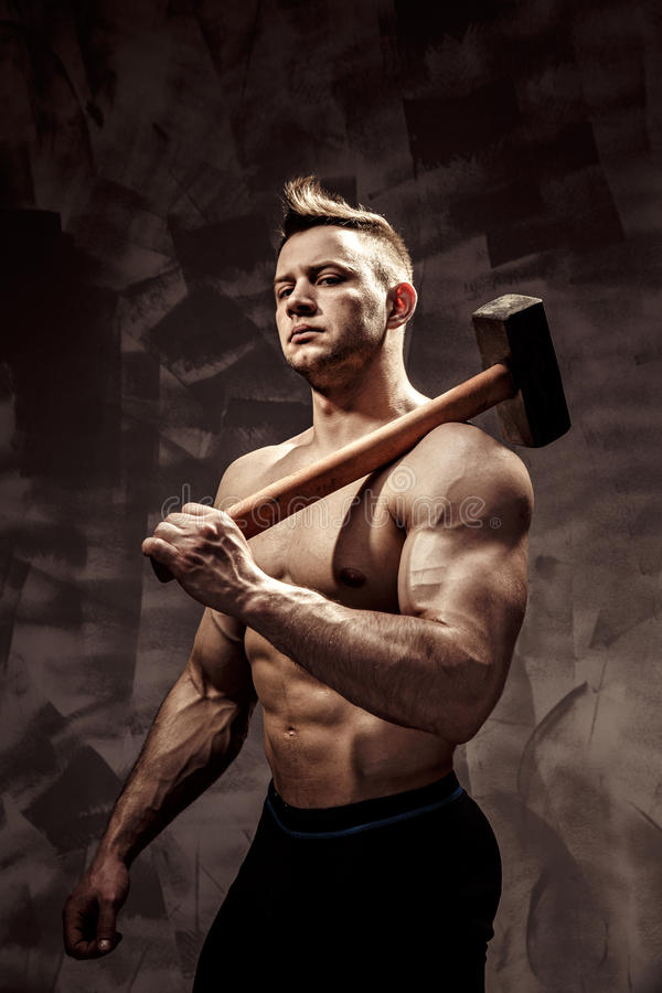 Спортсмен и молоток парень с славным фитнесом мышцы, молоток металла владением тренера культуриста большой стоковые изображения