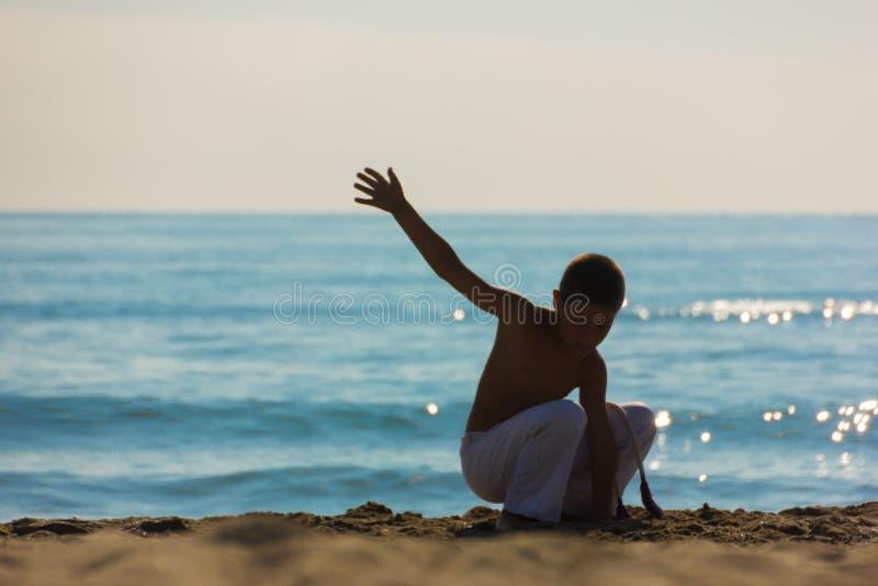 Спортсмен мальчика на пляже стоковое фото