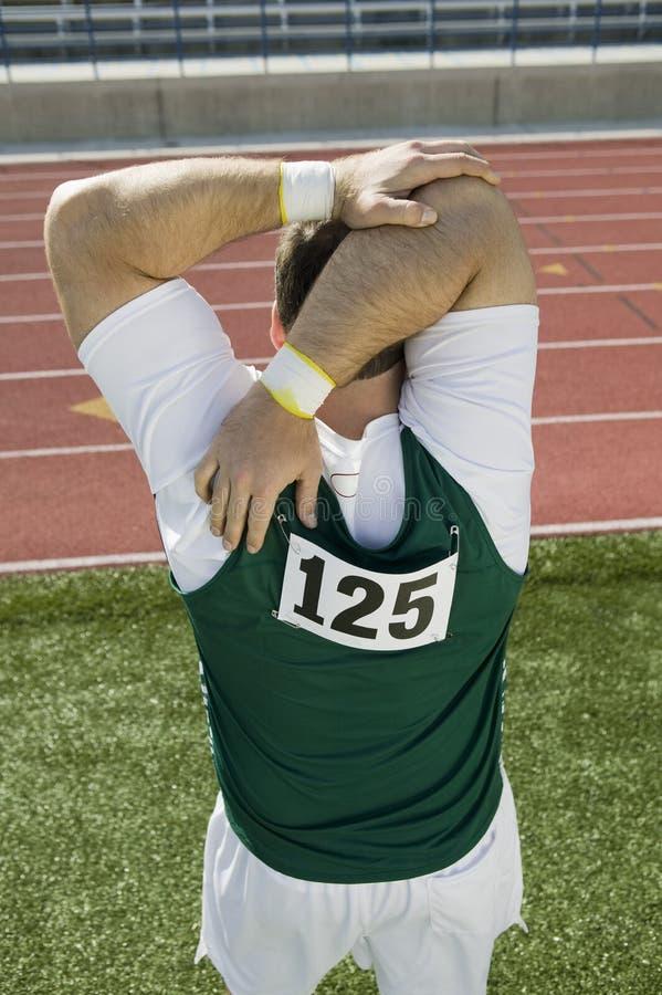 Спортсмен нагревая на легкой атлетике стоковое фото