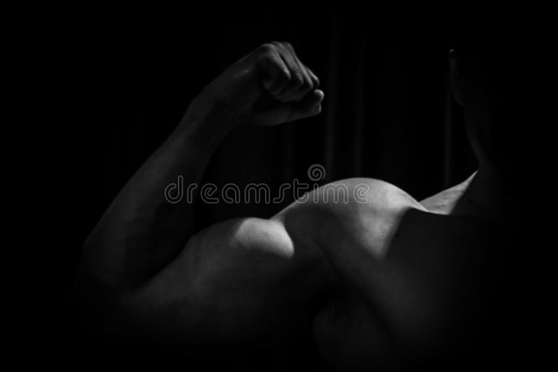 Спортсмен показывает нагнетенный конец-вверх руки на черной предпосылке занимаясь культуризмом г-н Олимпия стоковые фотографии rf