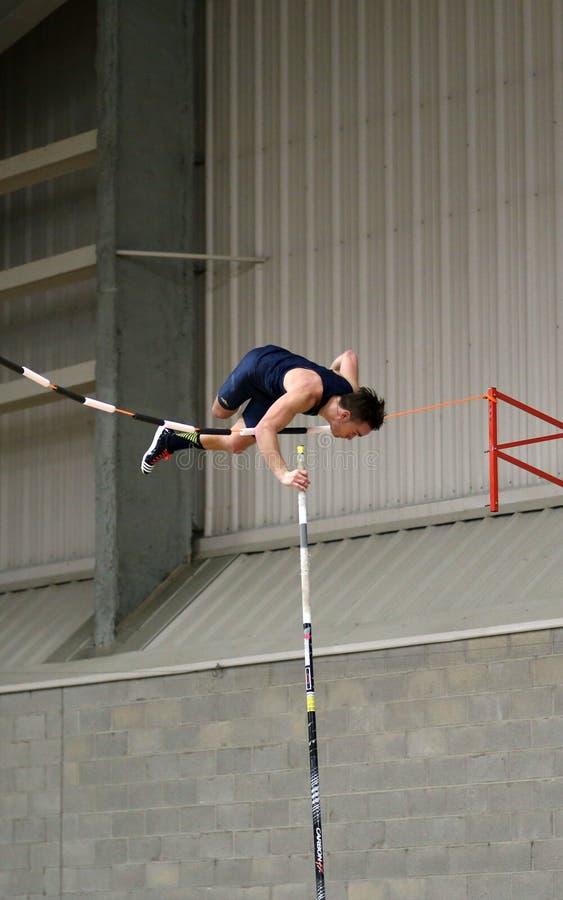 Спортсмен прыжка с шестом стоковые изображения rf