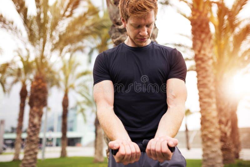 Спортсмен смотря его мышцы стоковая фотография rf