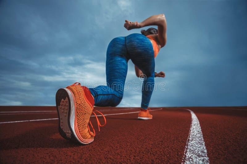 Спортсмен спринтера идя побежать стоковые фото