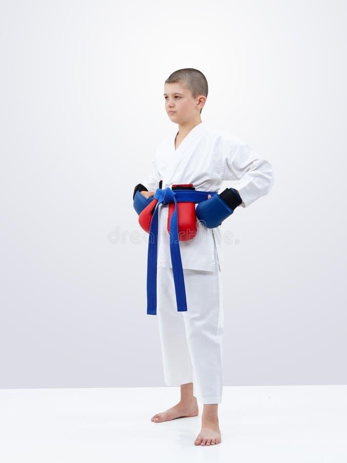 Спортсмен стоит с голубым поясом и верхними слоями красной и голубого стоковые изображения