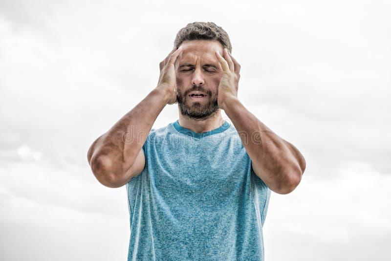 Спортсмен с атлетическим телом тренер в спортзале фитнеса после разминки спортсмен человека в голубой футболке спорта r стоковые изображения rf